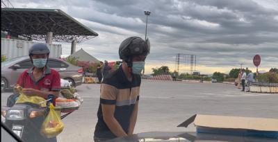 Người phụ nữ Nghệ An hỗ trợ người dân chạy xe máy về quê tránh dịch: 'Mỗi phong bì 500 nghìn, vui lòng nhận' - 3