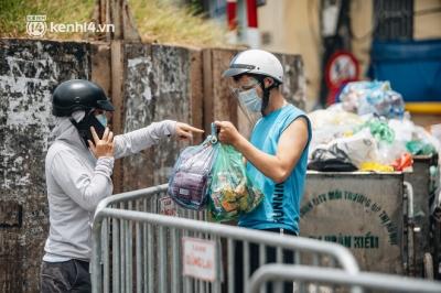 Video ảnh: Cận cảnh các chốt phong tỏa tại phường Chương Dương với 23.000 dân, người thân 'đội nắng' tiếp tế nhu yếu phẩm - 10