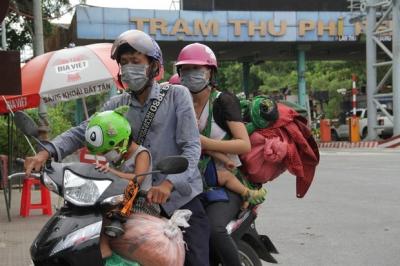Hành trình 1400 km chạy xe máy từ miền Nam về quê của những người lao động nghèo tha hương - 1