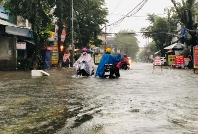 Người dân Quảng Ngãi bật khóc khi lốc xoáy cuốn bay hết mái nhà - 12