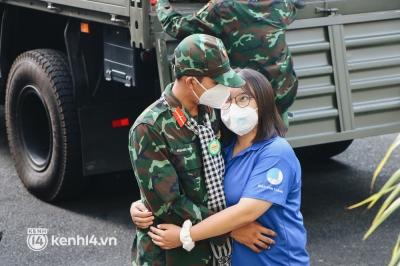 Chùm ảnh: Bộ đội bịn rịn vẫy tay tạm biệt người dân để trở về sau 2 tháng hỗ trợ TP.HCM chống dịch - 7